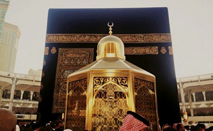 The Maqame Ebrahim in front of the Ka'bah