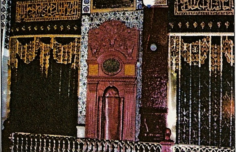 Historic photo of the prayer niche marking the spot  (Pillars of the Masjid-e-Nabwi Hannanah, Ustuwaanah Jibraee, Wufood)
