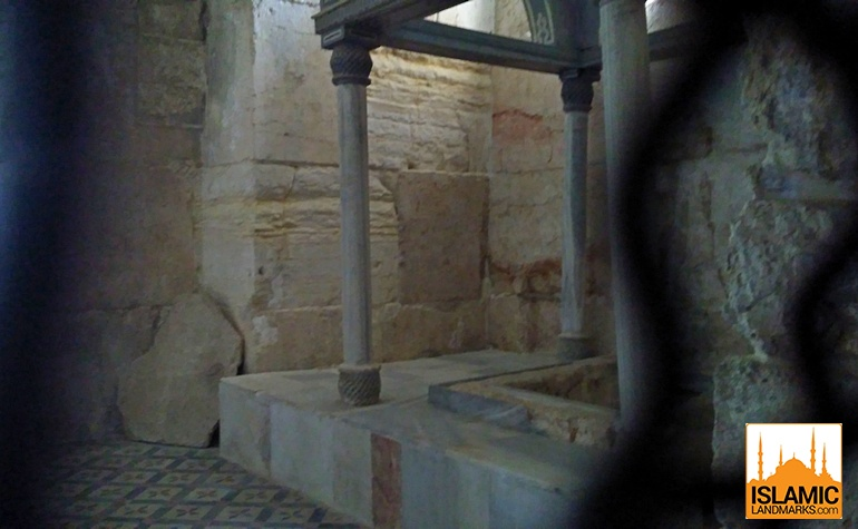 Structure inside the chamber of Maryam (upon her be peace)