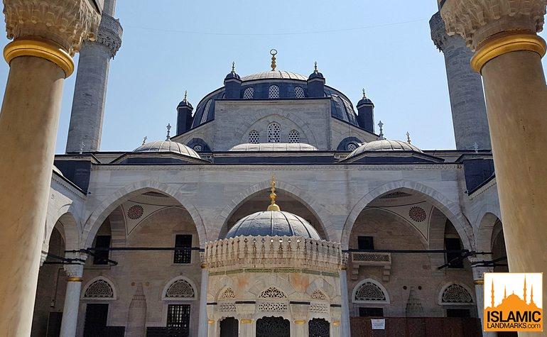 Courtyard of Yeni Valide mosque