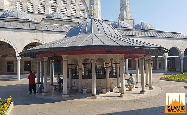 Ablution fountain in the courtyard of the Mihrimah mosque