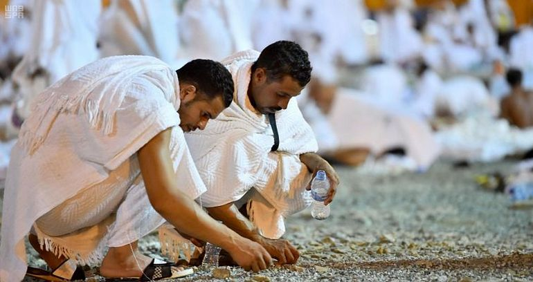 Collecting pebbles in Muzdalifah