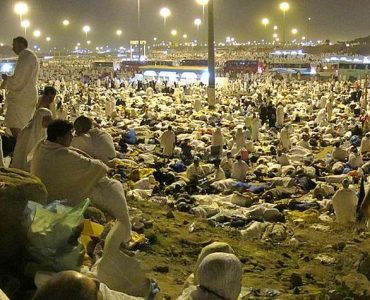 Pilgrims spending the night in Muzdalifah