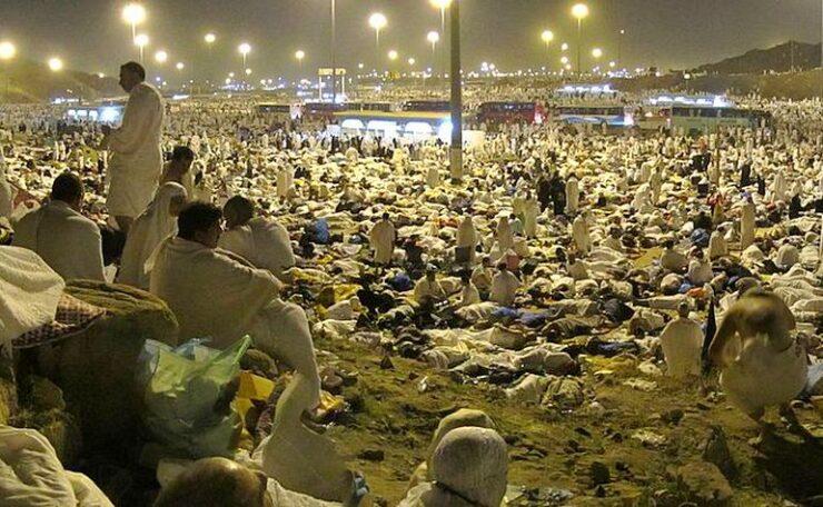Pilgrims spending the night in Muzdalifah