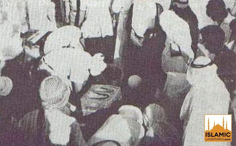 Historic photo of pilgrims viewing the Maqame Ebrahim