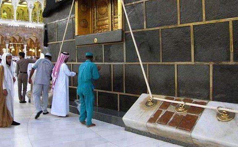 No Shadharawan underneath the door of the Kabah