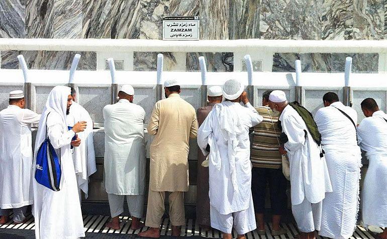 Pilgrims drinking Zamzam water